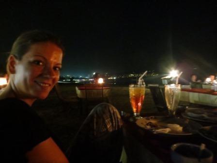 Beim Abendessen am Strand