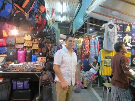 Shopping auf dem Nachtmarkt in Chiang Mai