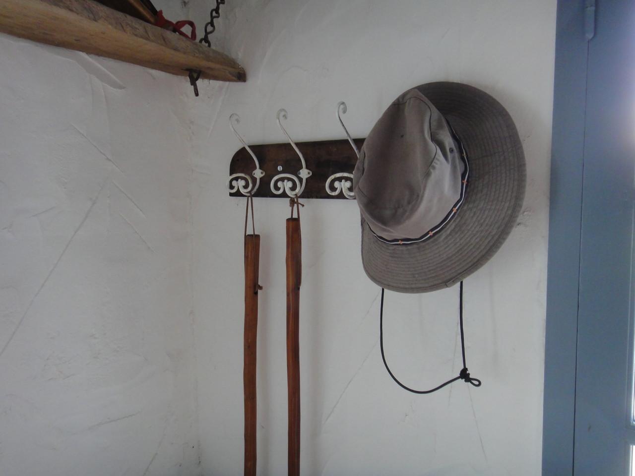 Vos batons de randonnées et mon chapeau...