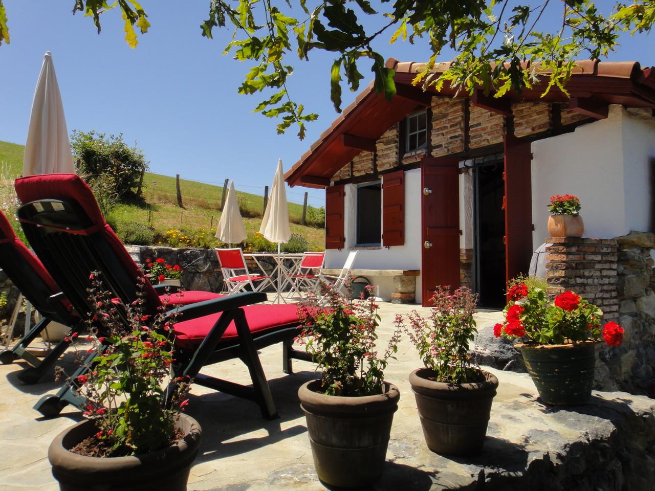 Terrasse et chaises longues très confortables pour une petite sieste