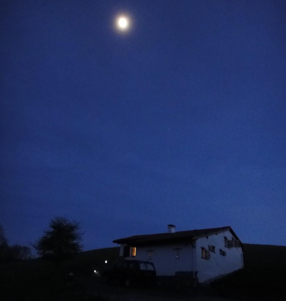 Une pleine lune veille sur ZAXIKO BORDA pour que vous passiez une bonne nuit