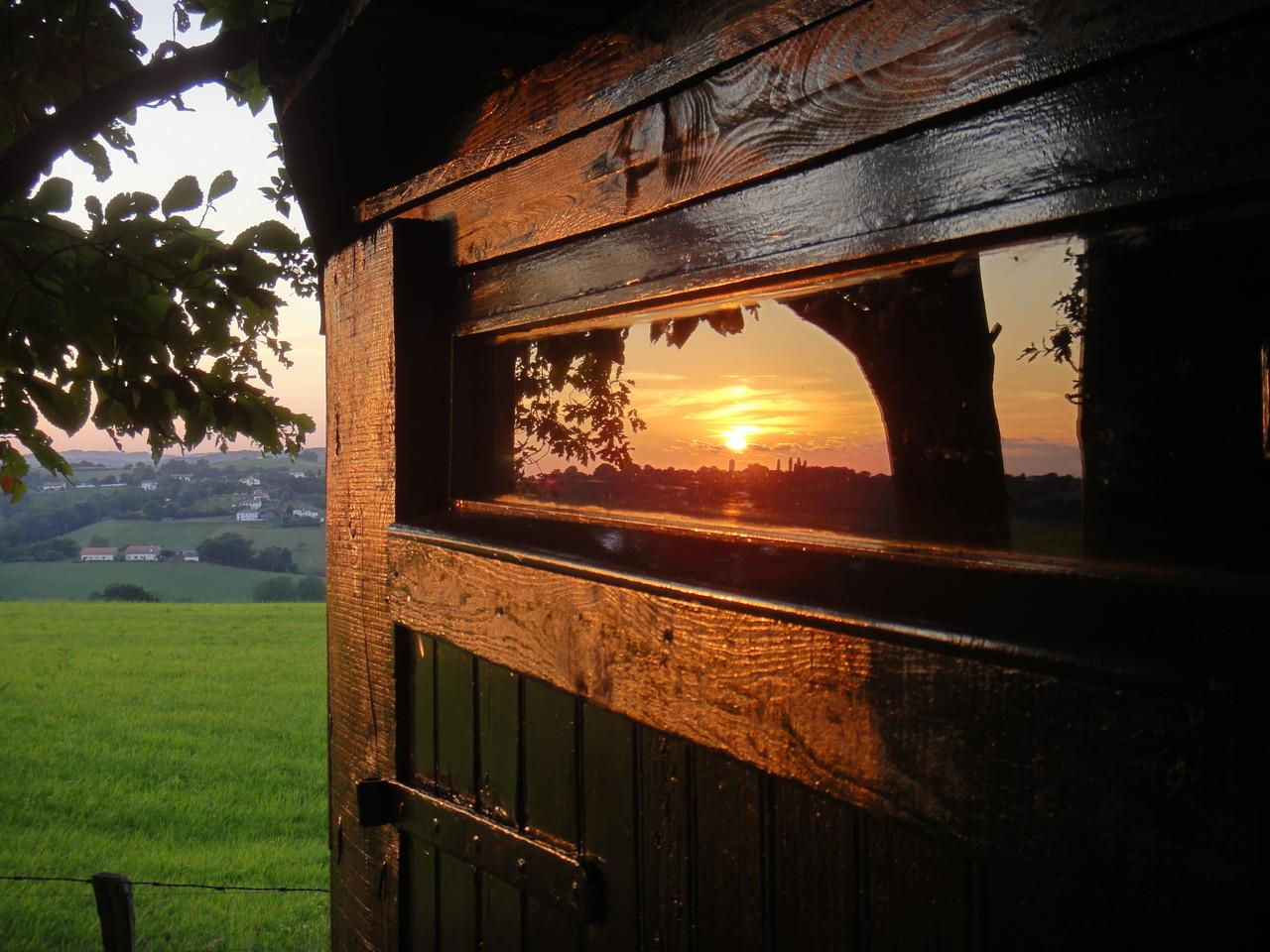 Reflet du soleil sur la cabane de jardin