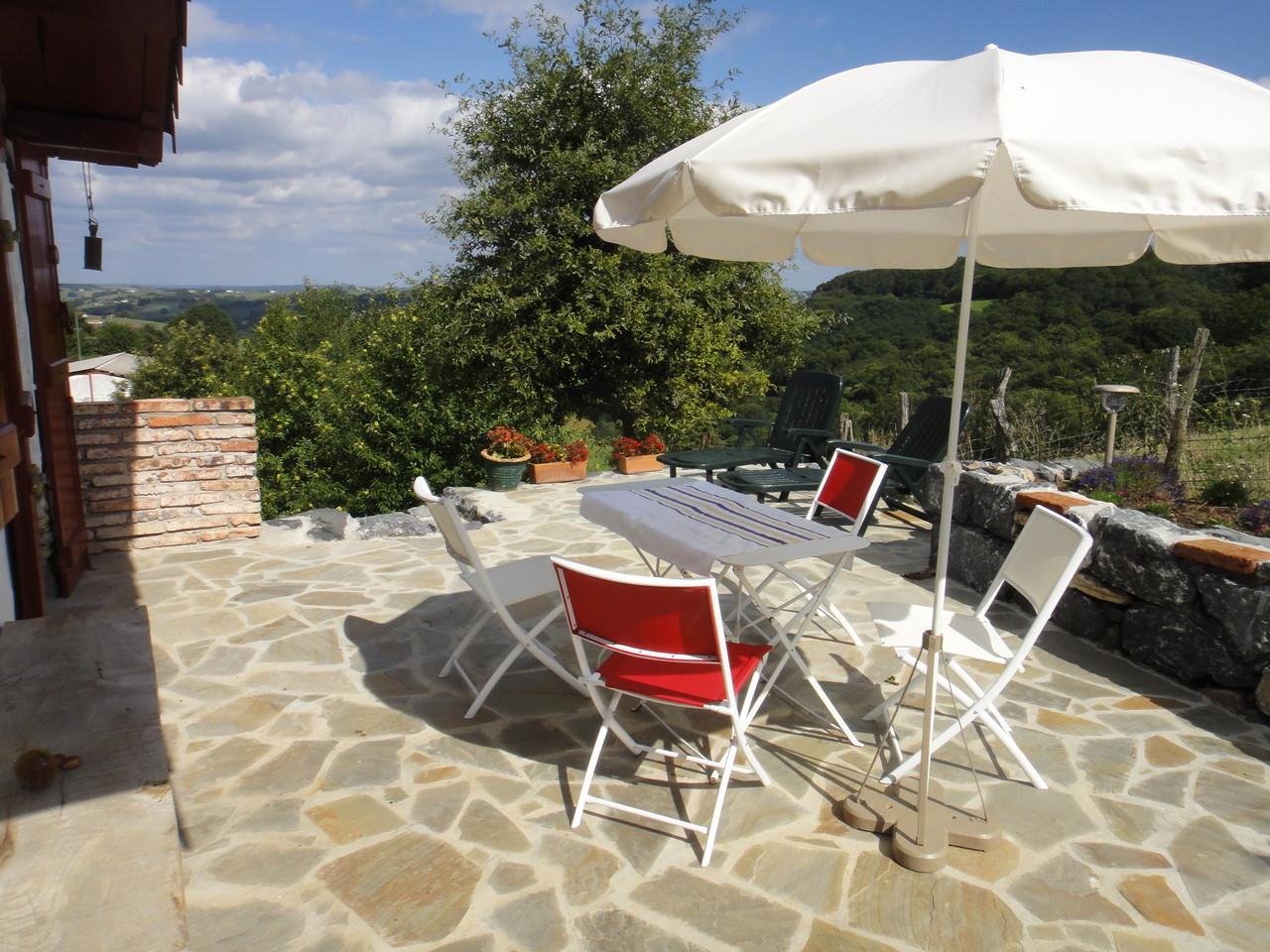La table de jardin principale 4 places avec ses parasols