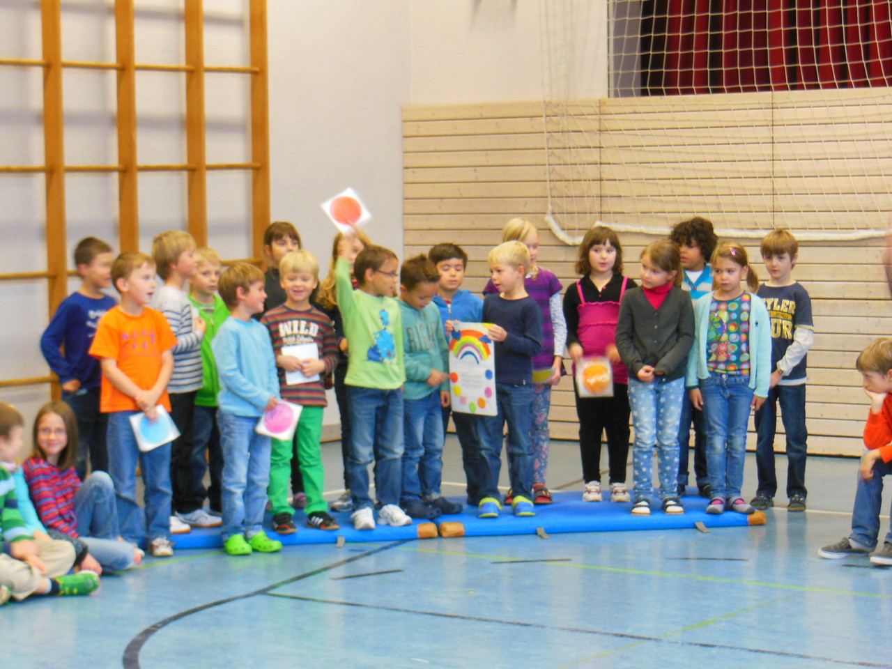 Die rote Lerngruppe singt ihr erstes englisches Lied über Farben.