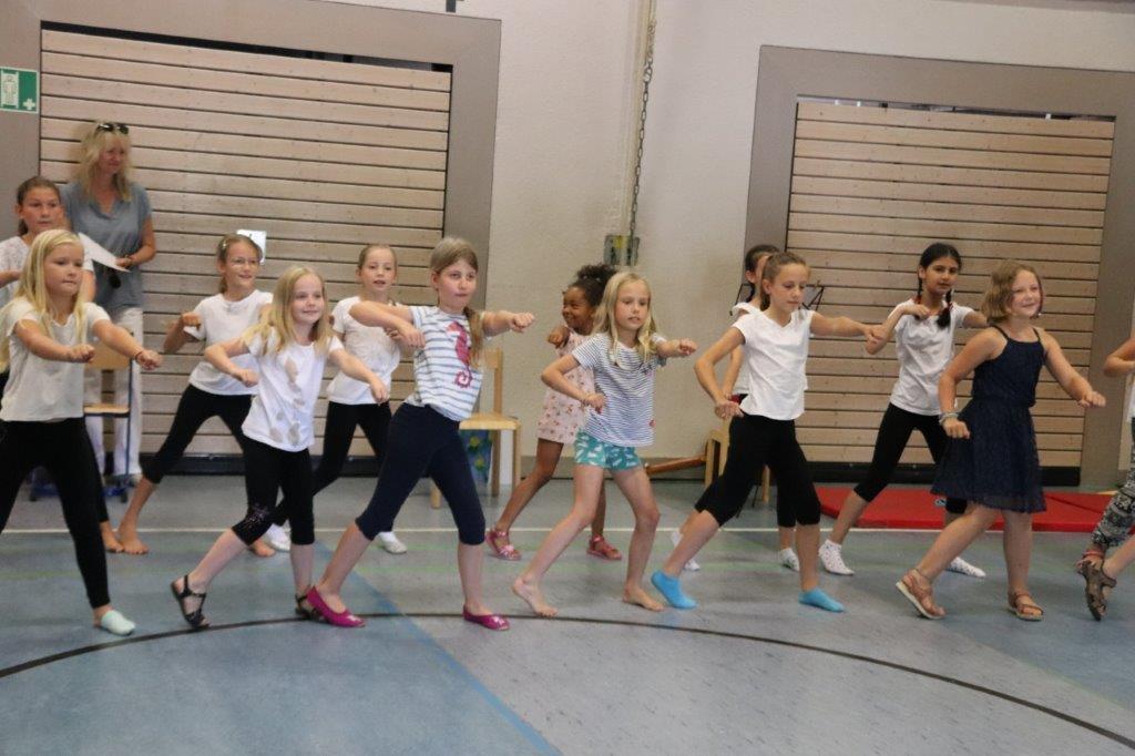Die Tanz-Ag präsentiert zum Schluss des Schuljahres Fetziges...