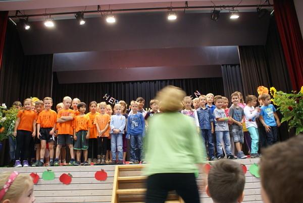 Alle Großen der Lerngruppen singen ein Willkommenslied