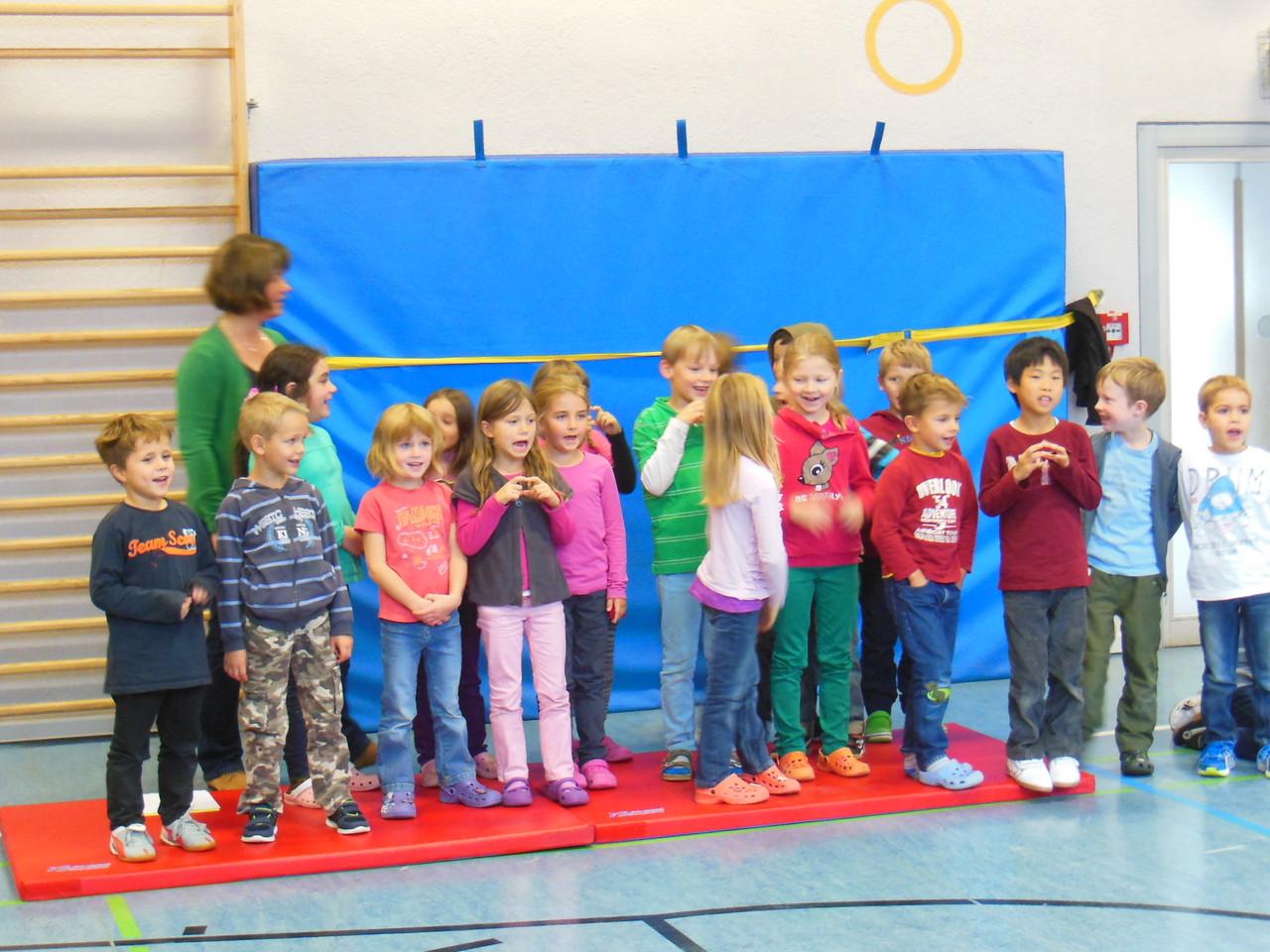 Die gelbe Lerngruppe singt über den kleinen grünen Apfel.