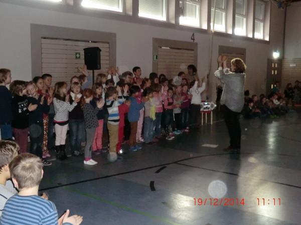 Der Schulchor singt das italienische Weihanchtslied von der guten Hexe