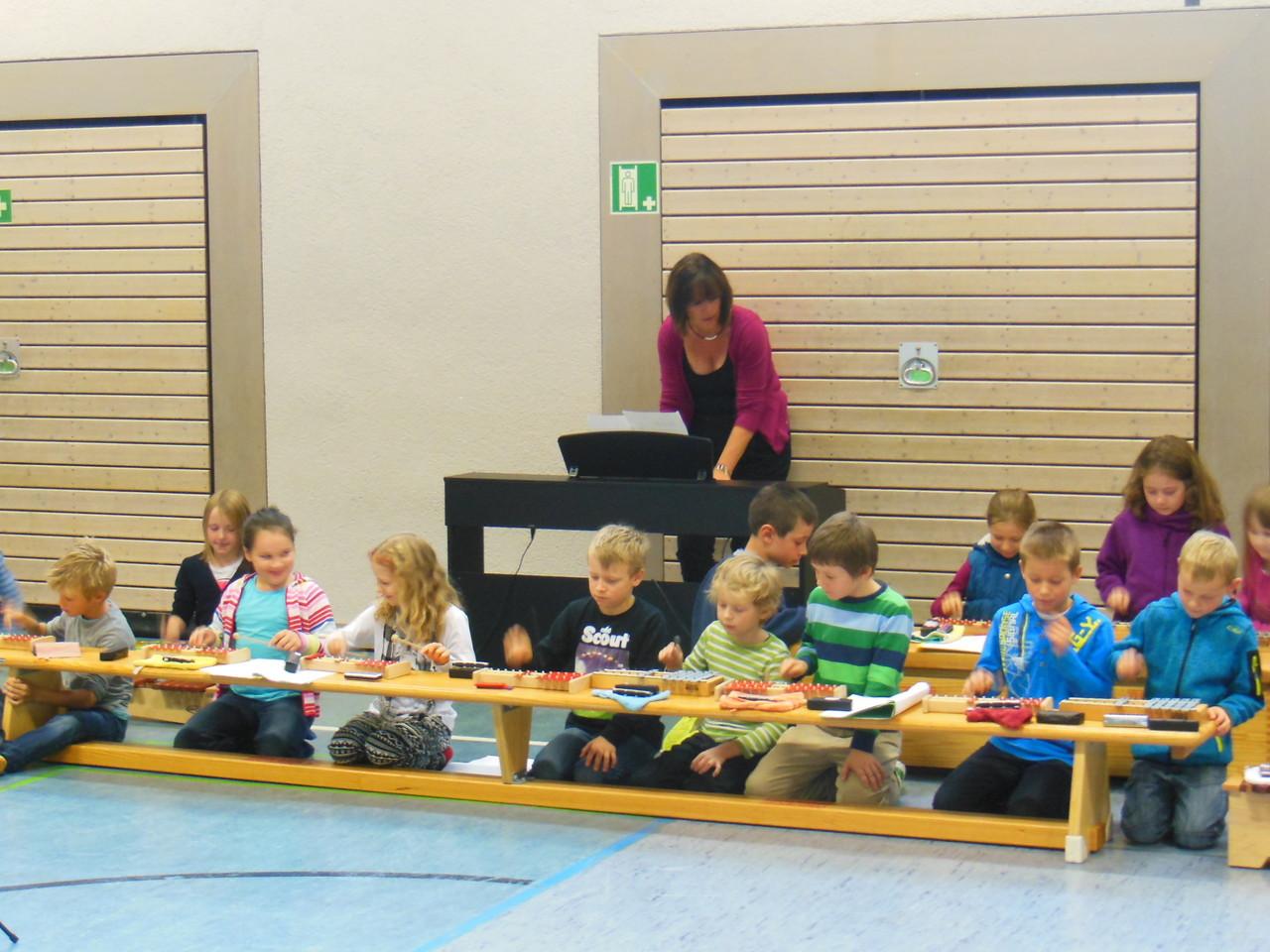 Klasse 3b kann Orff- Instrumente und schon Mundharmonika spielen.