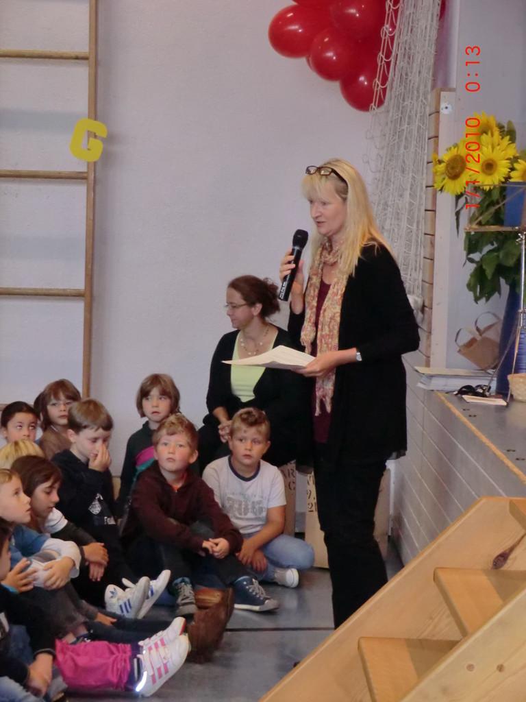 Frau Witzemann heißt alle Neuen herzlich Willkommen