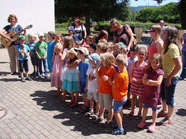 Die Geradenoch-Kindergarten-Kinder erfreuen uns mit einem Chorlied -