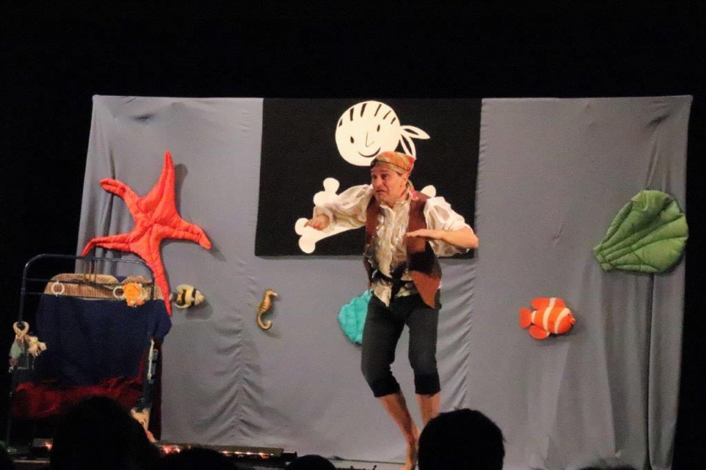 Pirat Papa Mutig betritt die Bühne...