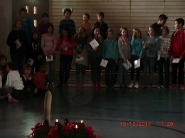 Klasse 4b mit einem englischen Weihnachtslied