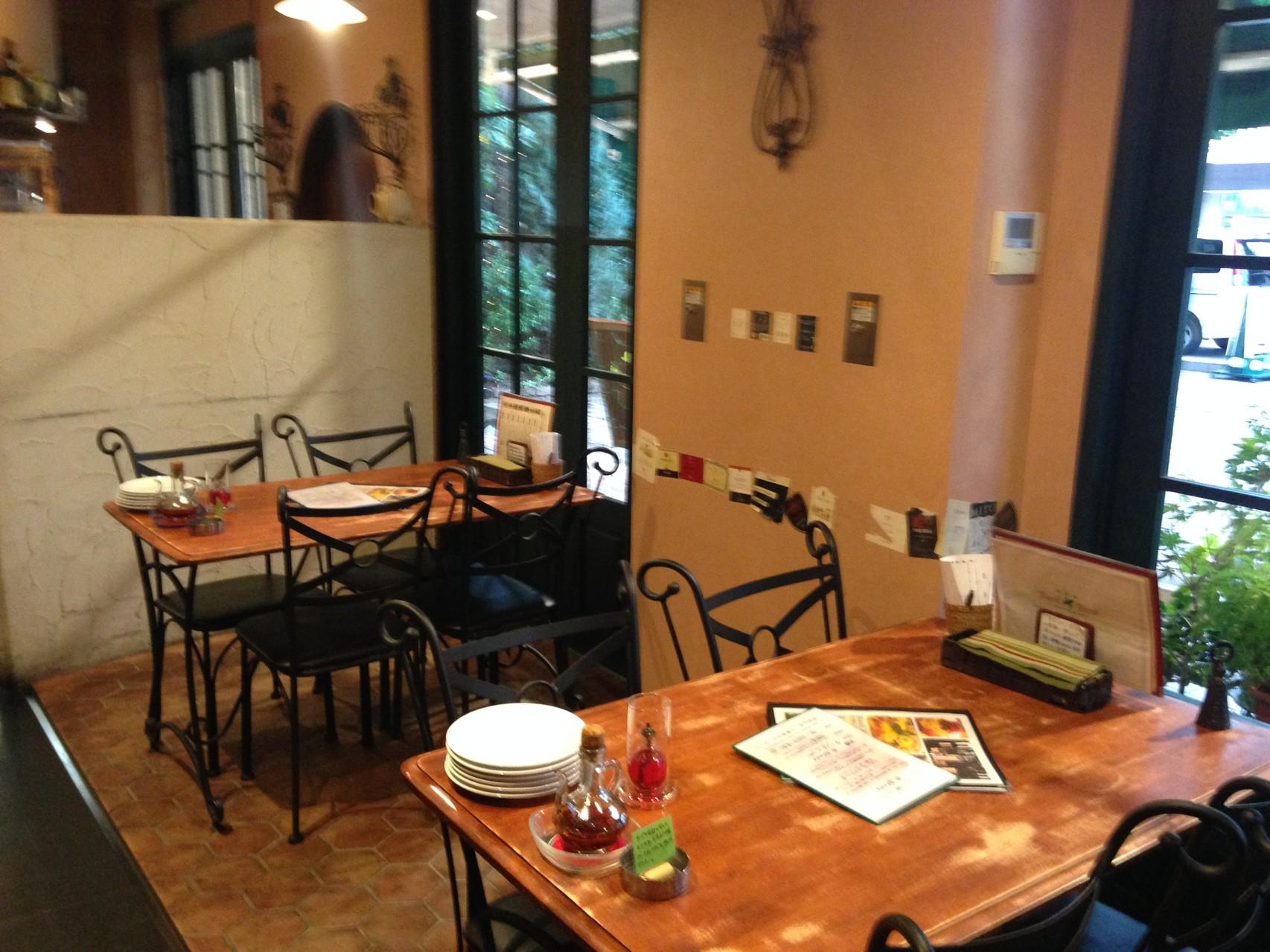窓側テーブル席(12名グループ様まで対応可)