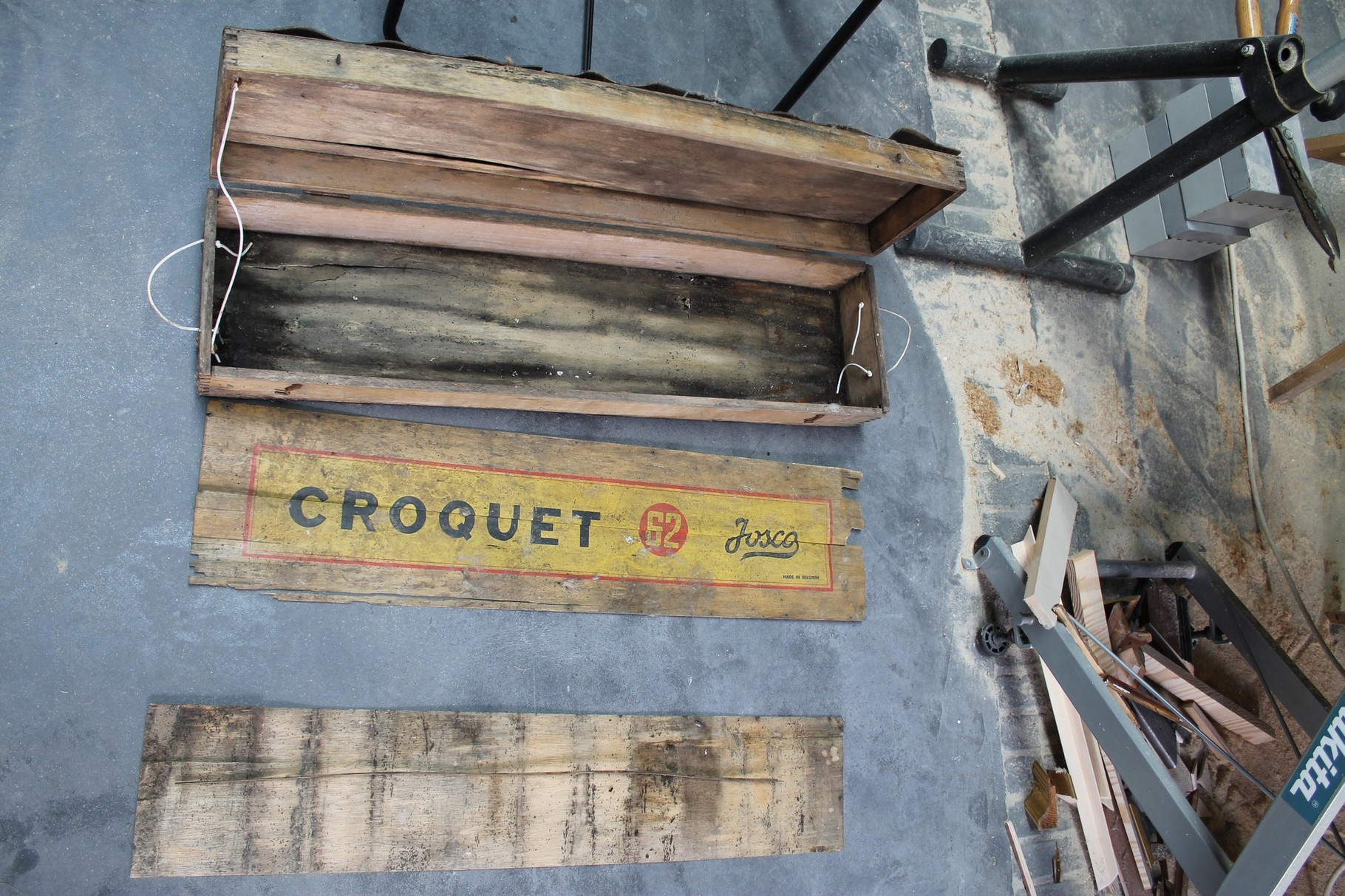 1 - Boite de croquet avant restauration, infestation, moisissures, fentes dans le bois
