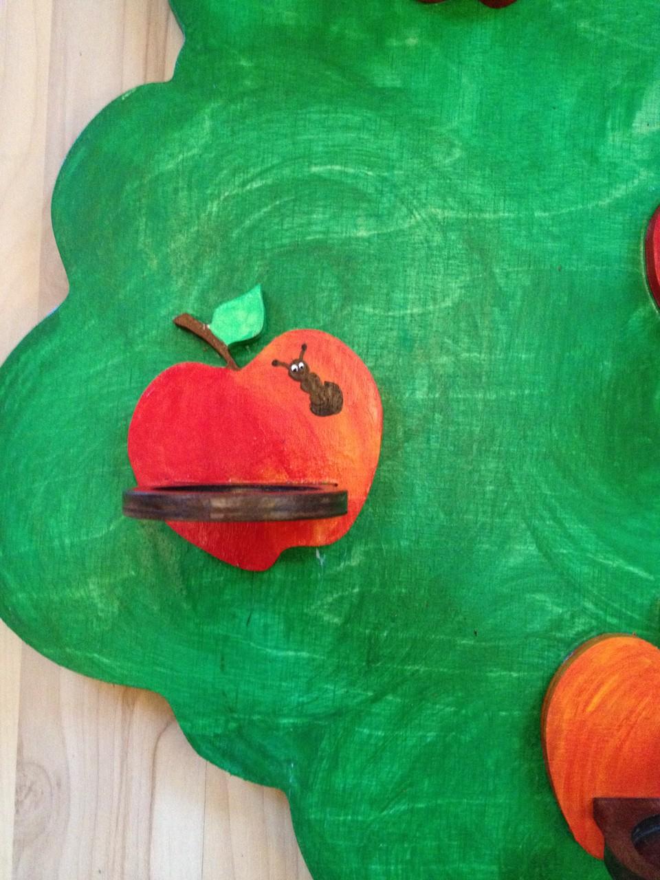 mit verschiedenen Apfelformen verziert