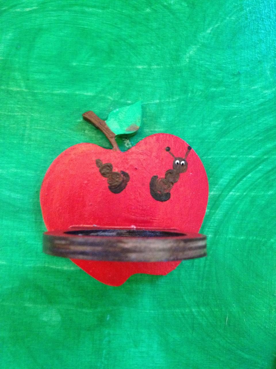 die Äpfel dienen als Schnullerablage