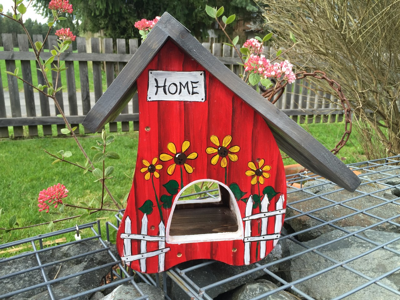mittelgro es buntes vogelhaus alles aus holz. Black Bedroom Furniture Sets. Home Design Ideas