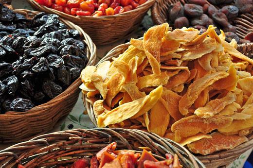 Getrocknete Aprikosen, Mango, Pflaumen, Papaya