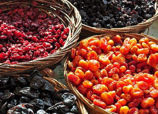 Getrocknete Pflaumen, Cranberry, Sauerkirschen, Baumtomaten