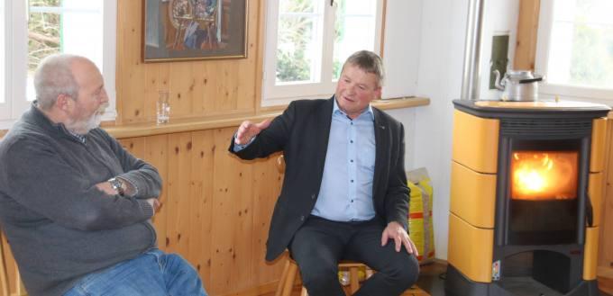 Landammann Alfred Stricker steht Kantonsrat Peter Gut Rede und Antwort. (Bild: Eva Schläpfer)