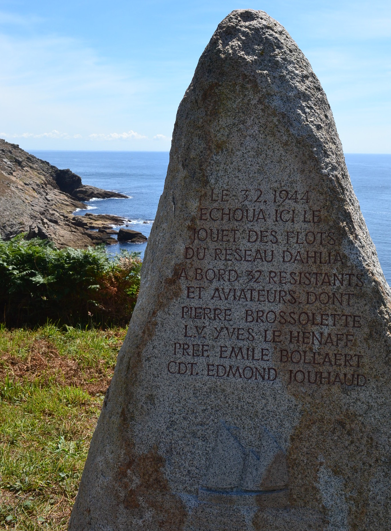 en arrivant à Feunteun Aod, la stèle en mémoire de Pierre Brossolette et ses compagnons