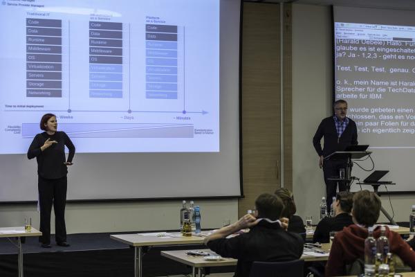 DeafIT Rechts im Bild: Harald Uebele (TechData) mit dem Vortrag zu IBM Bluemix