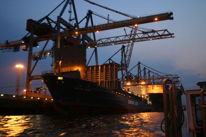 Abendstimmung in Hamburgs Containerhafen