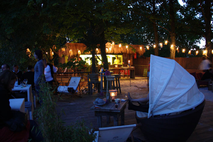Abendstimmung im wunderschönen Beachclub am Elbstrand