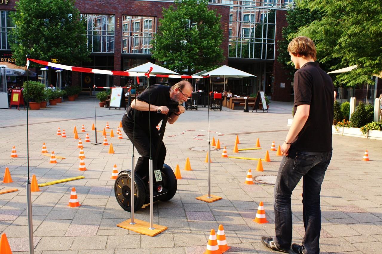 Teambuilding bei einem Segway- Parcour mitten in Hamburgs City