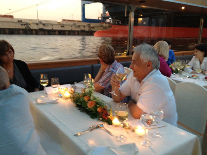 Genießen Sie die besondere Atmosphäre des Hamburger Hafens am Abend