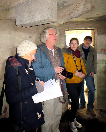 Beschau eines neu eingerichteten Winterquartiers in einem ungenutzten, alten Bunker