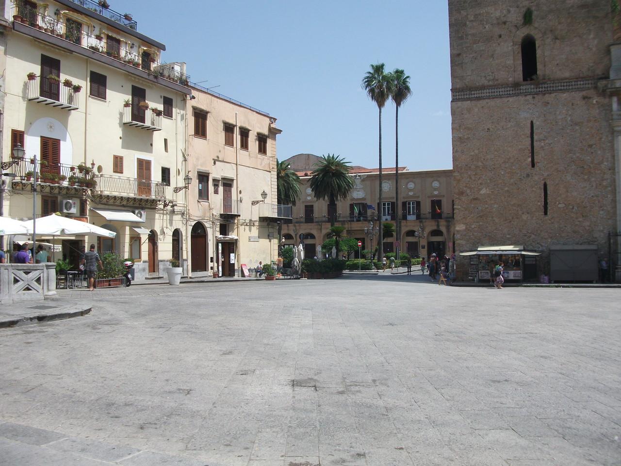 La piazza del duomo a Monreale