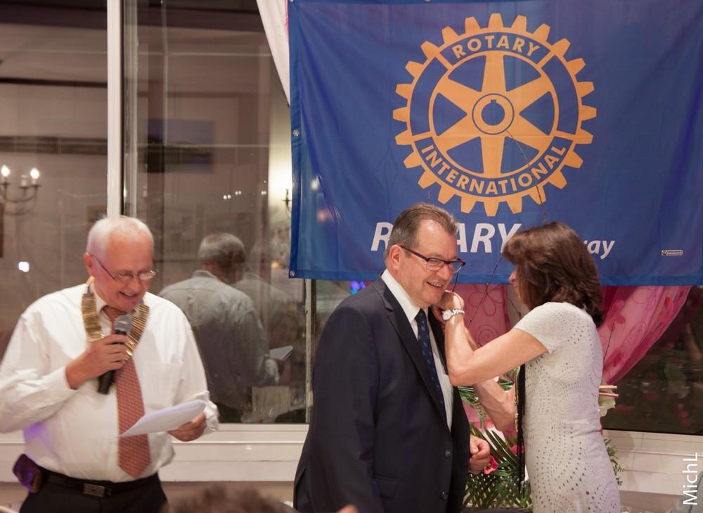 Jacques BARTHELEMY reçoit l'insigne PHF avec 2 saphirs.