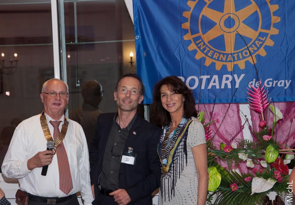 Michel LAURENT  reçoit le pin's Rotary de l'année.