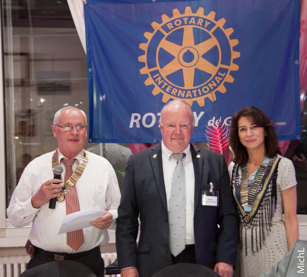 Georges  DE GERAUVILLIERS reçoit le pin's Rotary de l'année.