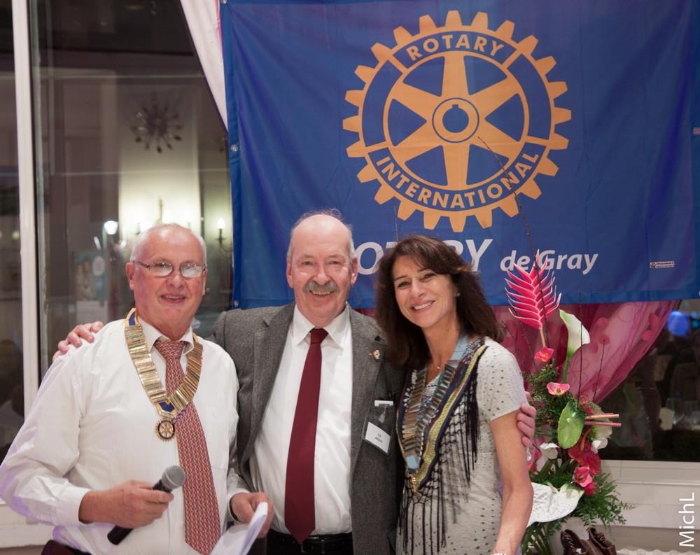 Ed MOEN  reçoit le pin's Rotary de l'année.