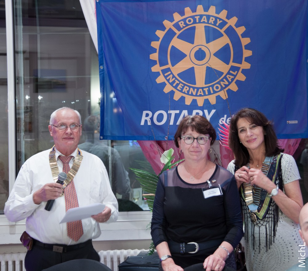 Martine ZANCARINI  reçoit le pin's Rotary de l'année.
