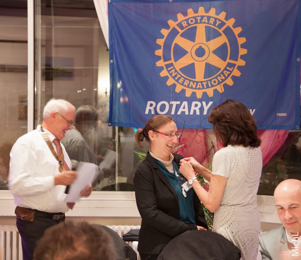 Laetitia GOISET reçoit le pin's Rotary de l'année.
