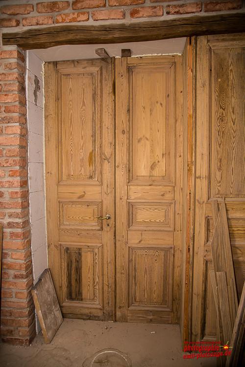 Alte Tür welche als Garderobe dient
