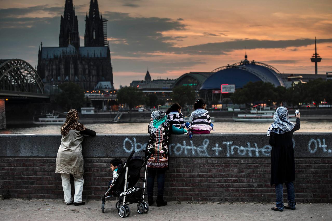 Bosforo dreaming in Köln (Turkish women watching the dusk)