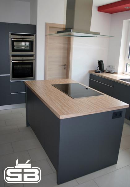 Küchenblock mit seitlichen Steckdosen