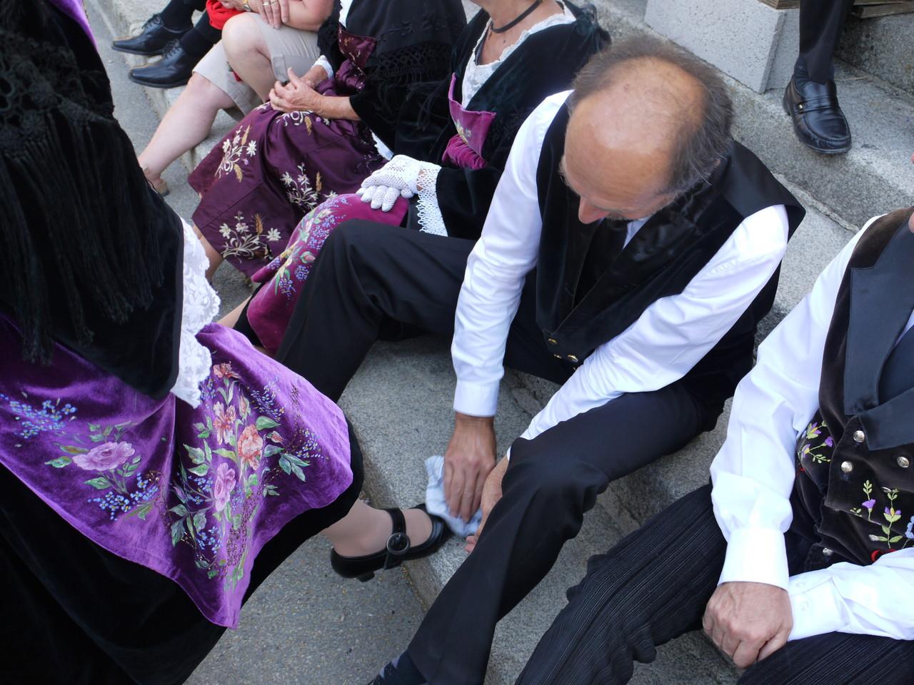 Nous sentons le départ, Jean Paul enlève délicatement la poussière des chaussures de son épouse