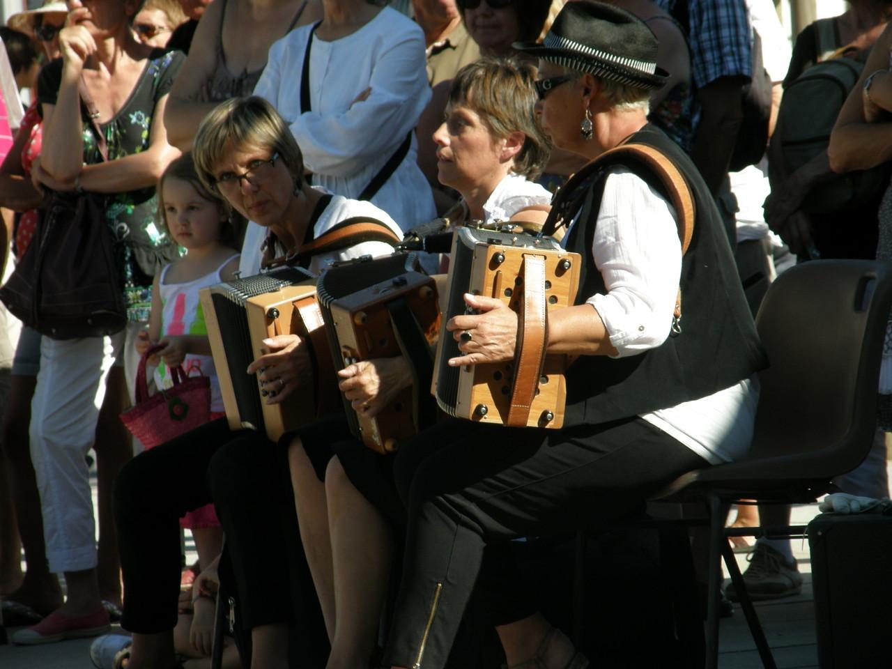 Les musiciennes accompagnent les danses avec brio