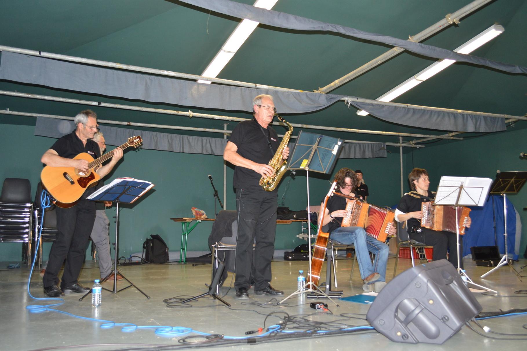 Le groupe GWEZH à la guitare Denis, aux accordéons Annie et Aurélie et au saxophone Laurent