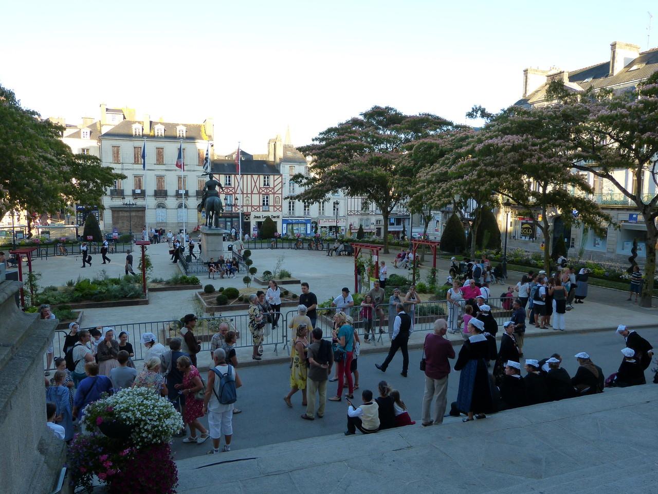 Attente du défilé devant l'Hotel de Vannes