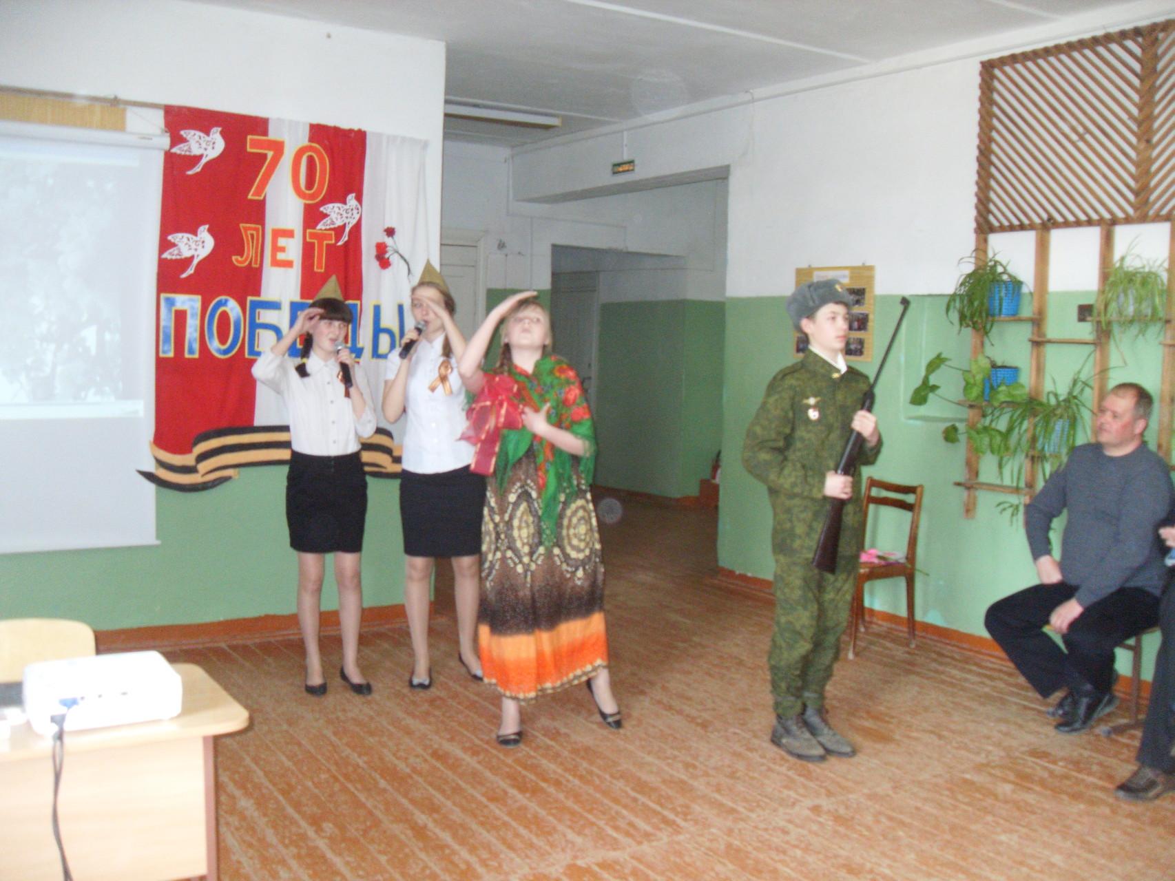 """Ученики 8 класса выступили с инсценировкой песни """"Катюша"""""""