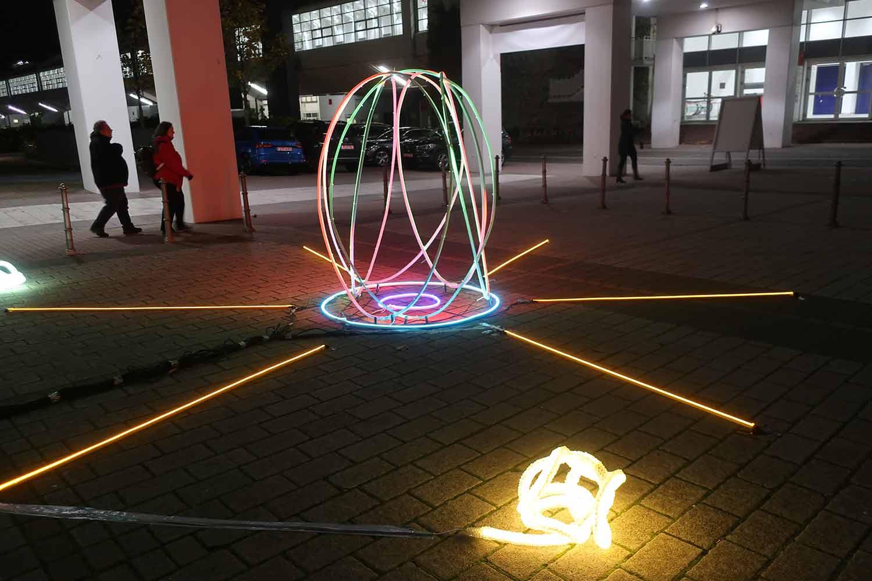 Lichtinstalltion von JOHANNES KRIESCHE vor dem Messeeingang der Discovery artfair Frankfurt 2019