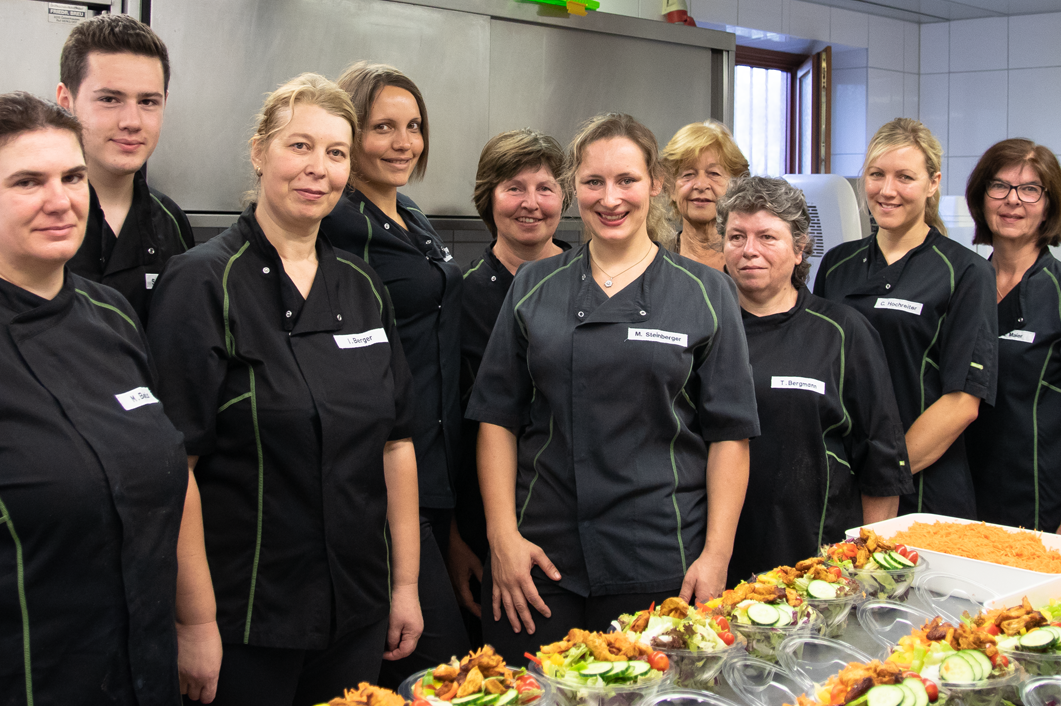 Knackig und lecker: In unserer hauseigenen Küche stellen wir nicht nur alles für unsere heißen Theken her, sondern auch Salate und viele weitere Leckereien!