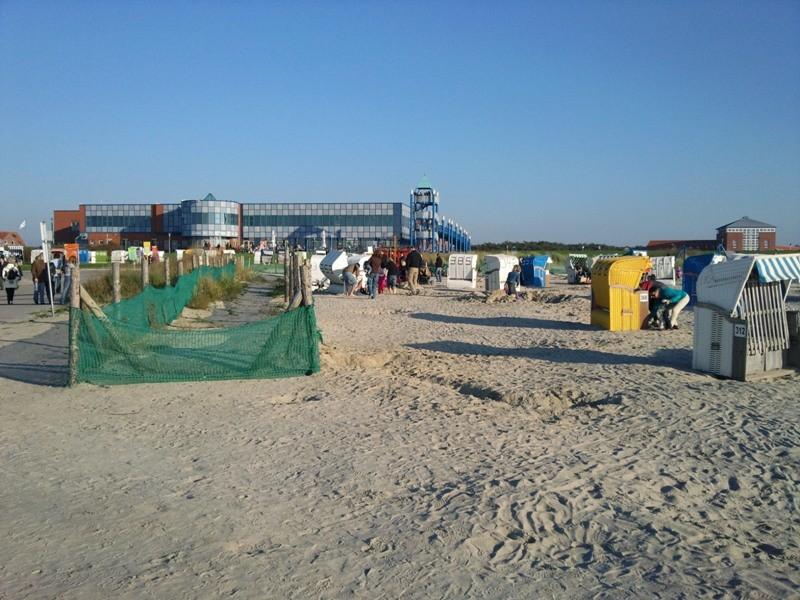 """Norddeicher Strand, im Hintergrund das """"Haus des Gastes"""""""